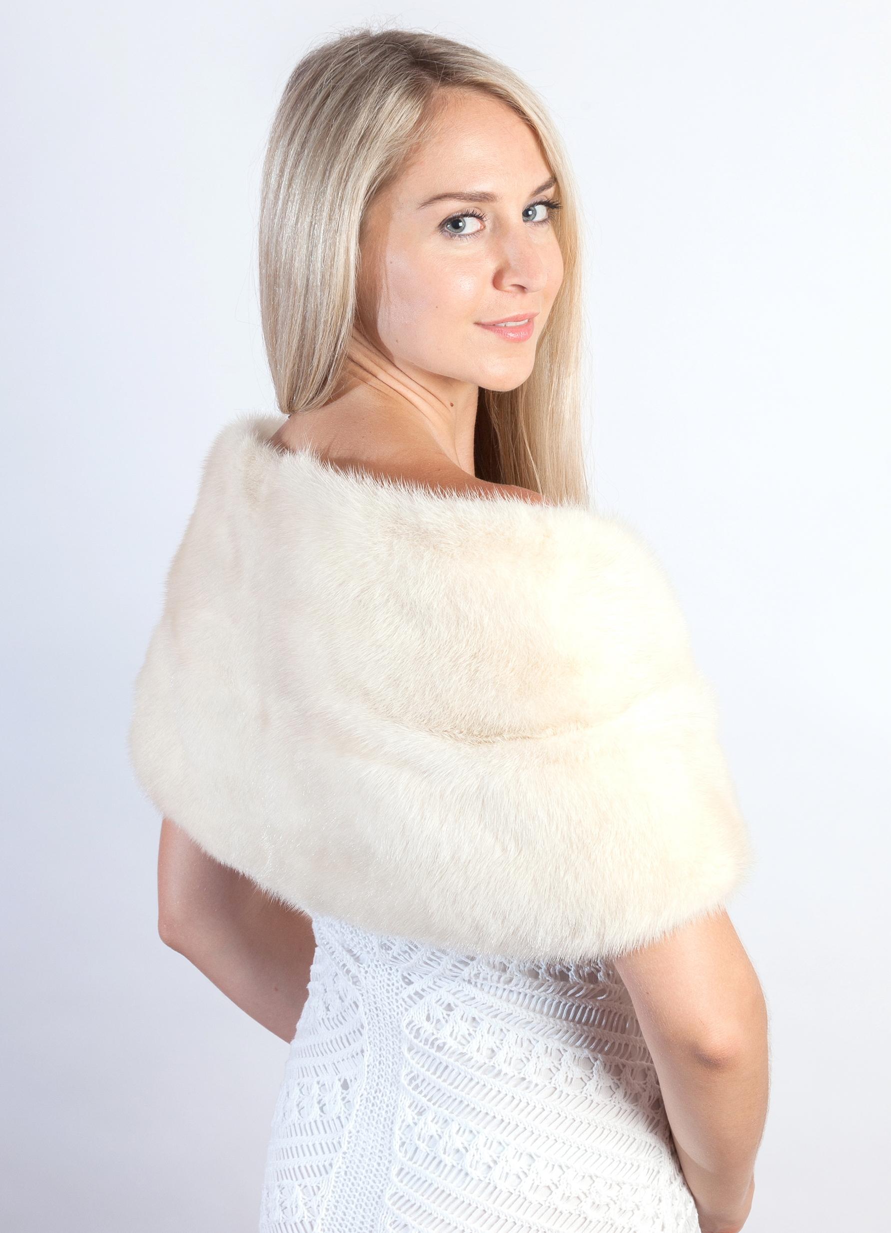 L accessorio in pelliccia naturale rendera  il vostro matrimonio d inverno  come una favola. 9bf337324346