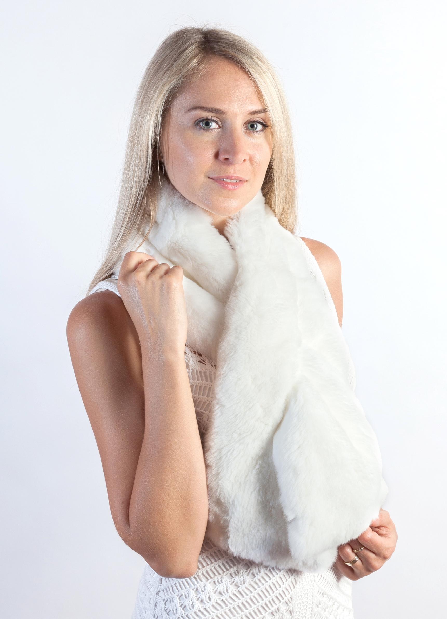 Per la collezione completa degli accessori in bianca pelliccia naturale  ideali per le spose d inverno visitate lo store online weddingfur.it e9b8d95c2d05