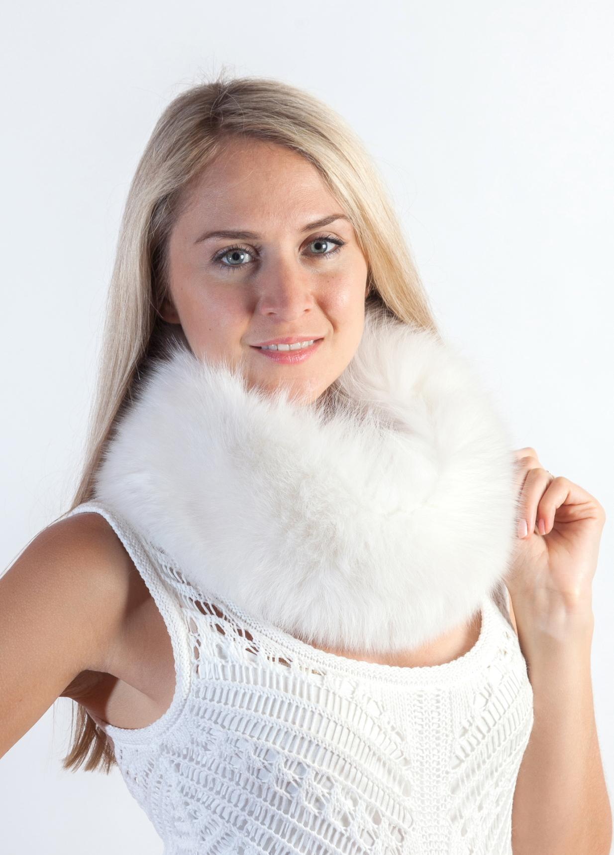 Senza dubbio la stola o il coprispalle in pelliccia naturale e  l accessorio  in pelliccia per sposa piu  indossato ed amato. fbf2465bf52c