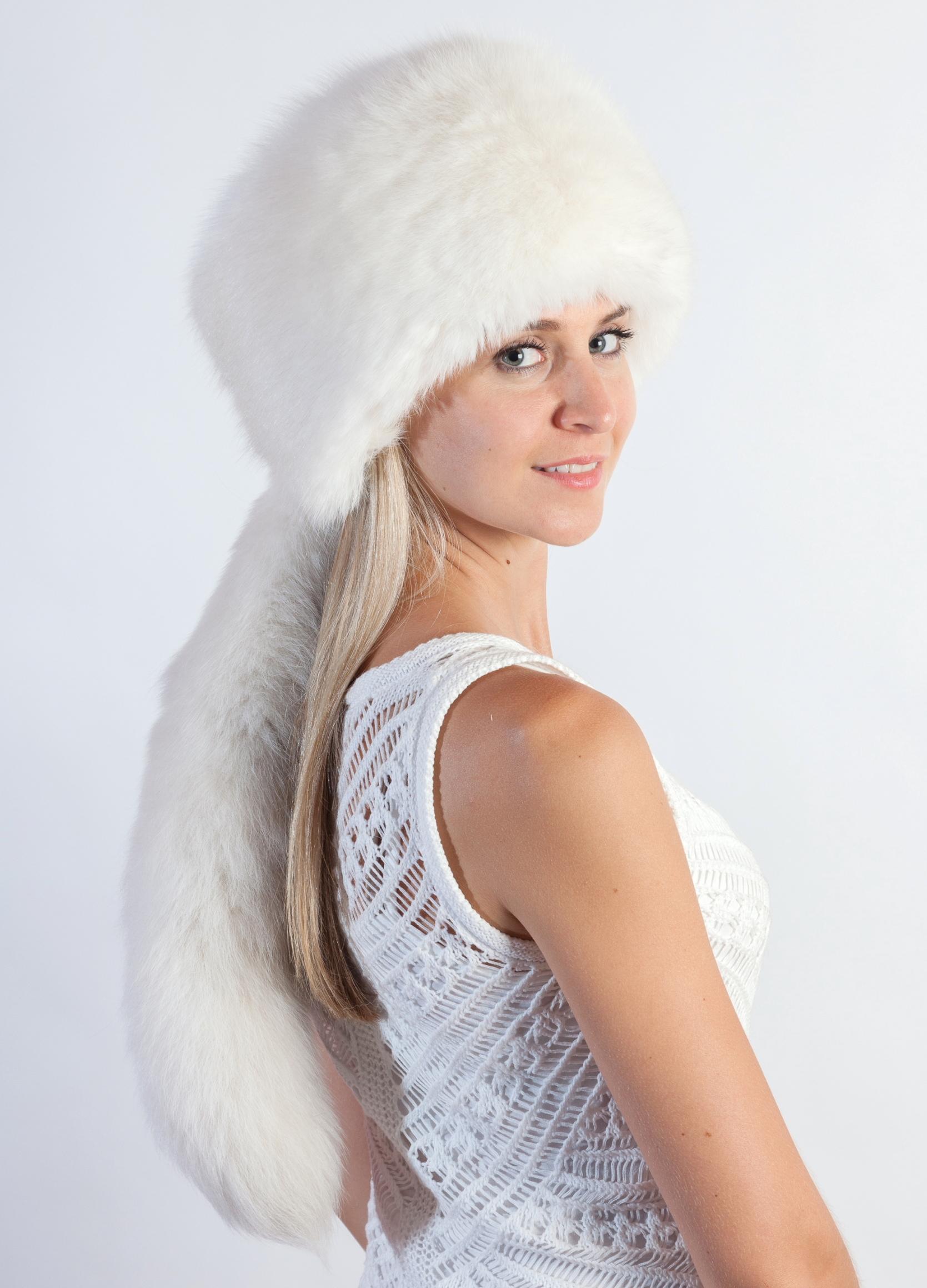 Il soffice cappello in volpe bianca da sposa per un matrimonio elegante 4c712884d6e7